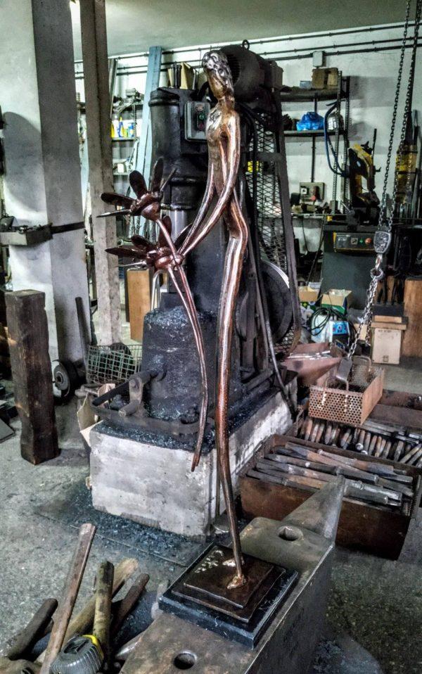 escultura-hierro-el-alma-en-petalos