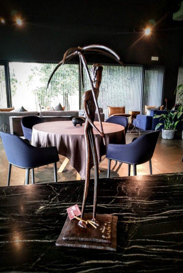 escultura-hierro-la-chica-del-paraguas
