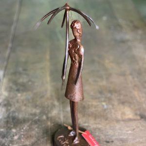 escultura-mujer-con-paraguas