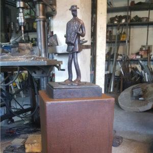 escultura-hierro-el-acordonista-con-peana