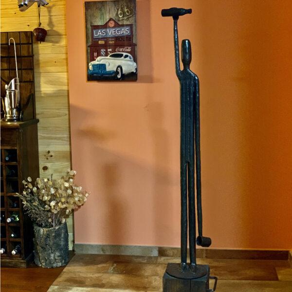 escultura-hierro-escanciador-con-peana