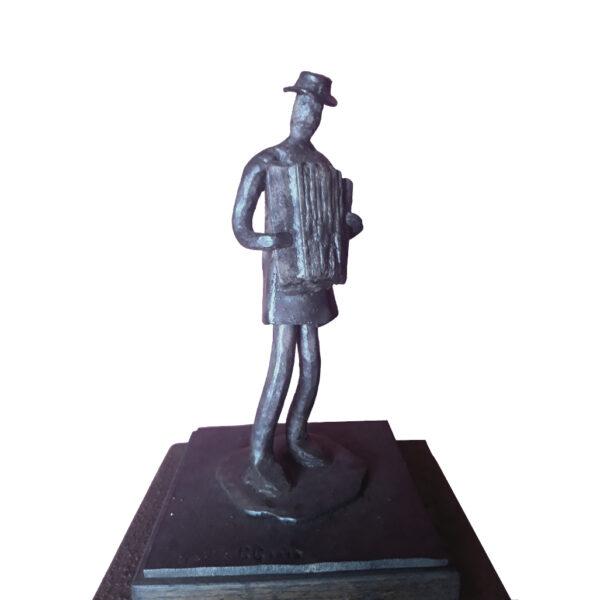 escultura-hierro-acordeonista-sin-peana