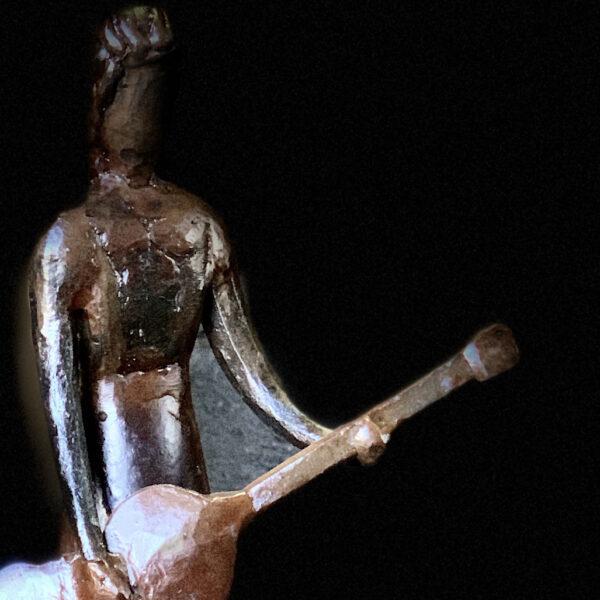 escultura-hierro-chica-rock-detalle