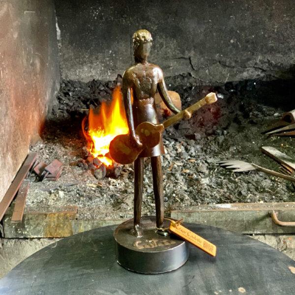 escultura-hierro-chica-rock-i