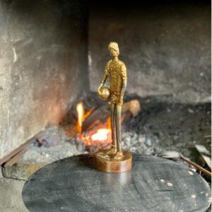 escultura-hierro-chico-con-pelota-i