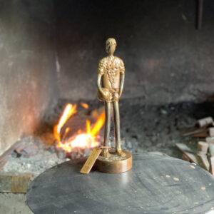 escultura-hierro-chico-con-pelota-ii
